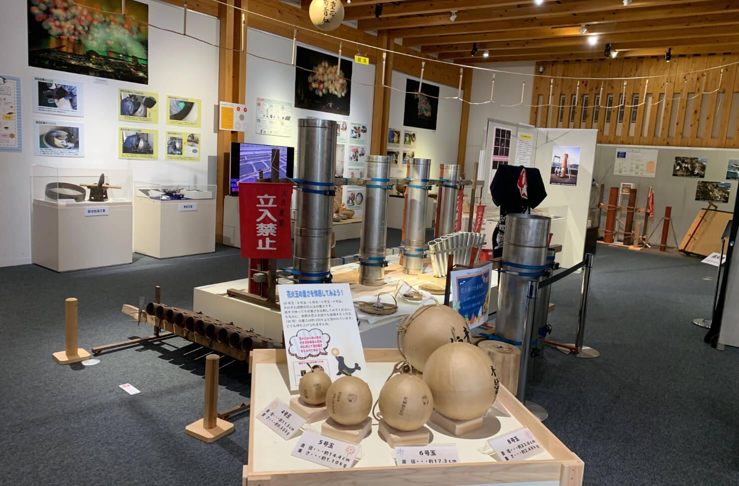 企画展示室には地域の人々のアート作品などが展示されています。
